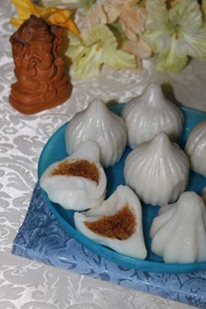 Модакас - жертвени торти, направени с кокосов орех и джаги.