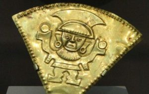 Детайл от дрънкалка, 1100-1470 г.сл. Хр, Chimu, северно крайбрежие Перу, от злато или от позлатено сребро - Art Institute of Chicago.