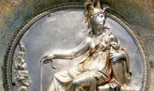 Детайл от купа от сребърното съкровище в Хилдесхайм с изображението на седящата Атина. Вляво – бухала, символ на Найки, в дясната ръка държи змия, а в лявата щит.