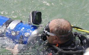 Проучване на мястото с подводна техника.