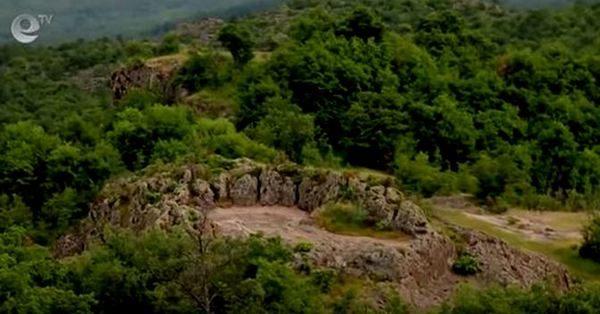 Гигантско скално лице и скално светилище, са открити в Южна България в Хасковска област в близост до град Сърница