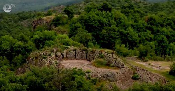 Праисторическо скално лице и светилище са открити в България