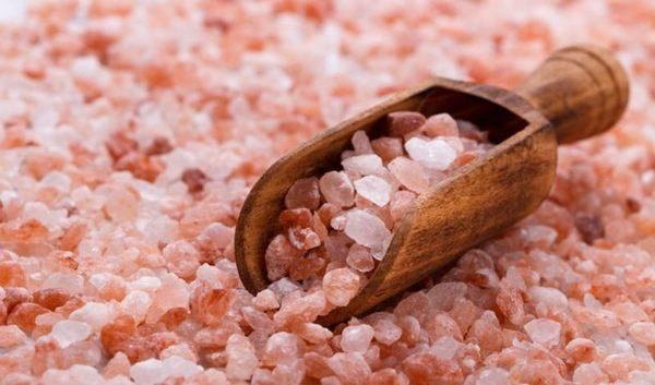 Хималайската розова сол, чийто характерен цвят я прави популярна, както е известно изглежда има десетки полезни ефекти върху здравето ни