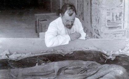 Снимка на Виктор Лорет до тайнствената мумия на Майхерпери