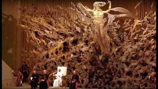 Изгледът отвътре – вижда се някакво демонично изображения на Исус в средата.