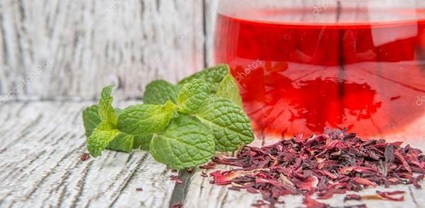 Здравословна лятна напитка с чай от хибискус и мента