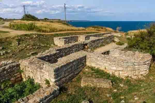 Останки от крепостна стена и сгради на нос Калиакра.