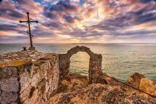 Изглед към изгрева на слънцето към крепостта Калиакра. Снимка: Диана Димитрова