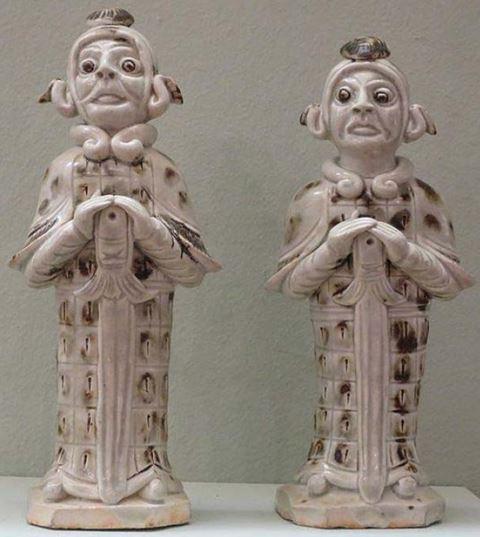 Военни фигури, династия на Северна песен, 11-ти век, керамика, железен кафяв пигмент и ясна глазура, Лоу Арт Музей.