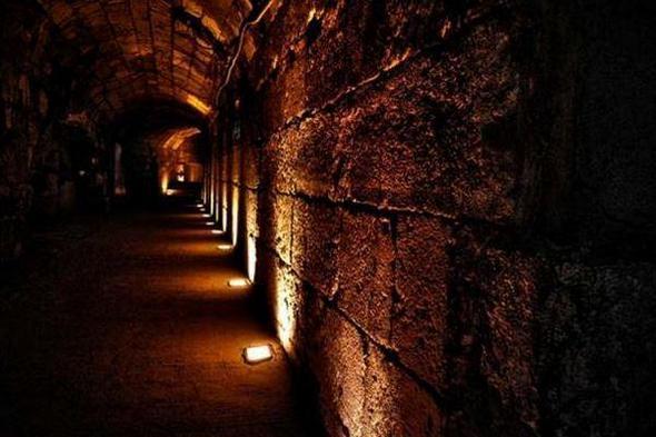 Никой не знае колко далеч се простират древните военни тунели на изток от Йонкинг.