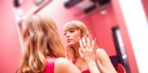 Психоанализата разделя термина нарцисизъм на здравословен и патологичен.