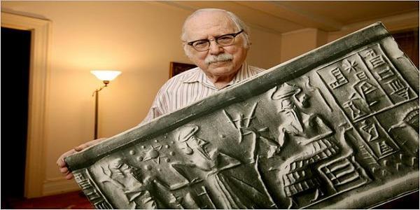 Зекария Сичин държи таблет изобразяващ мистичната планета Нибиру и извънземните същества анунаки, според легендите на шумерите