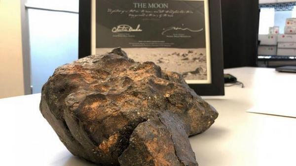 """5,5-килограмов къс от лунна скала, който паднал на Земята като лунен метеорит, бе продаден за 612 500 долара на търг на аукционна къща """"Ар Ар окшънс"""""""