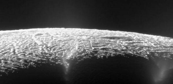 Гейзери на Енцелад, спътник на планетата Сатурн - невероятно красив, но жесток свят.