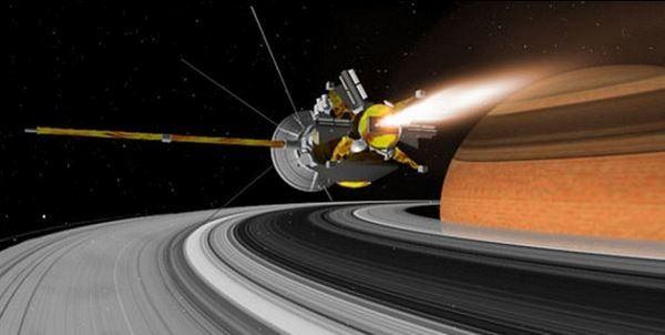 Космическият апарат Cassini-Huygens пристигна в системата, където застана в орбита около планетата през 2004 г.