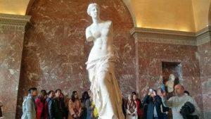 Съществуват различни версии за произхода на легендарната древногръцка статуя Венера Милоска и дали скулптурът ѝ наистина е искал да изобрази митичната богиня на любовта