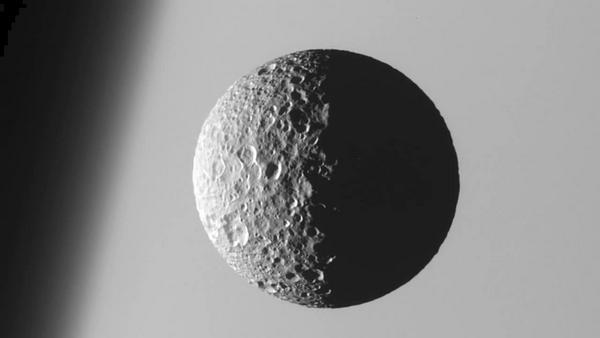 Спътник на Сатурн – Мимас, той вероятно е причина в орбита в близост до Сатурн в пръстените да има голяма празнина наречена процеп на Касини.