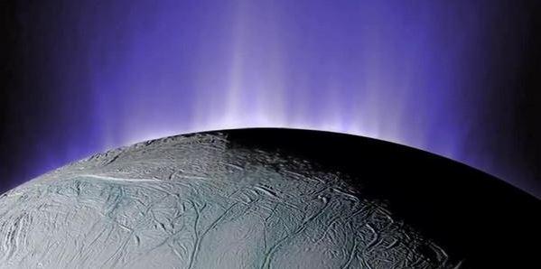 Студени гейзери на Енцелад осветени от Слънцето