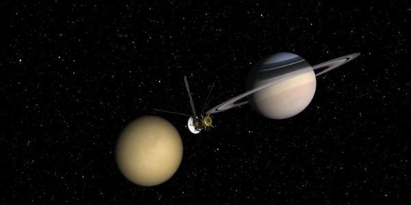 Пръстените на Сатурн и неговите спътници. На снимката Сатурн и Титан заснети от Касини.
